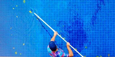 Technicien qui nettoie sa piscine en Outaouais